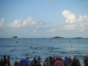 2013年10月20日午前7時30分swim2000m スタート前沖縄伊是名ビーチ